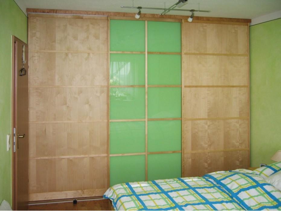 Gleittuerschrank-Holz-Glas-farbig-gruen-Sprossen-Begehbarer-Kleiderschrank-130_3004-Schreinerei-Lignum-Winterhausen-Wuerzburg-1024x768